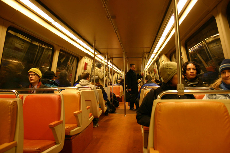 800px-Washington_Metro_train_interior